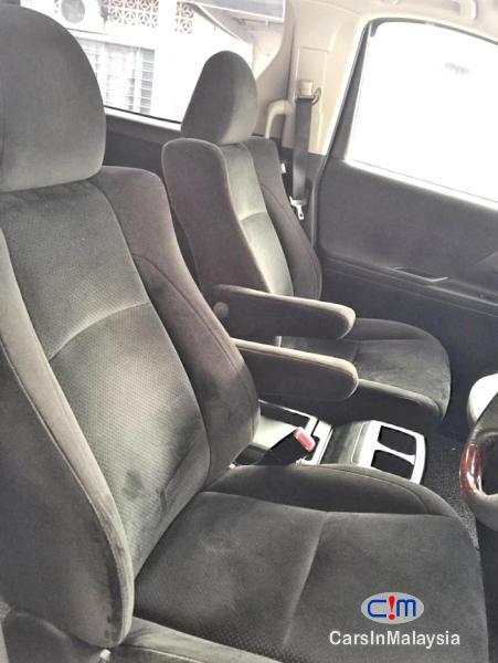 Toyota Vellfire 2.4-Liter Luxury Family MPV 7 Seater Automatic 2015 - image 9
