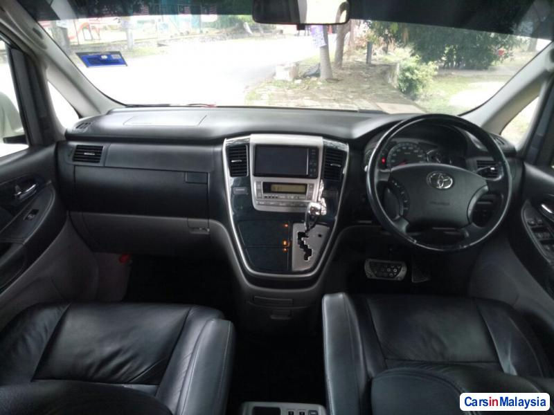 Toyota Alphard - image 5