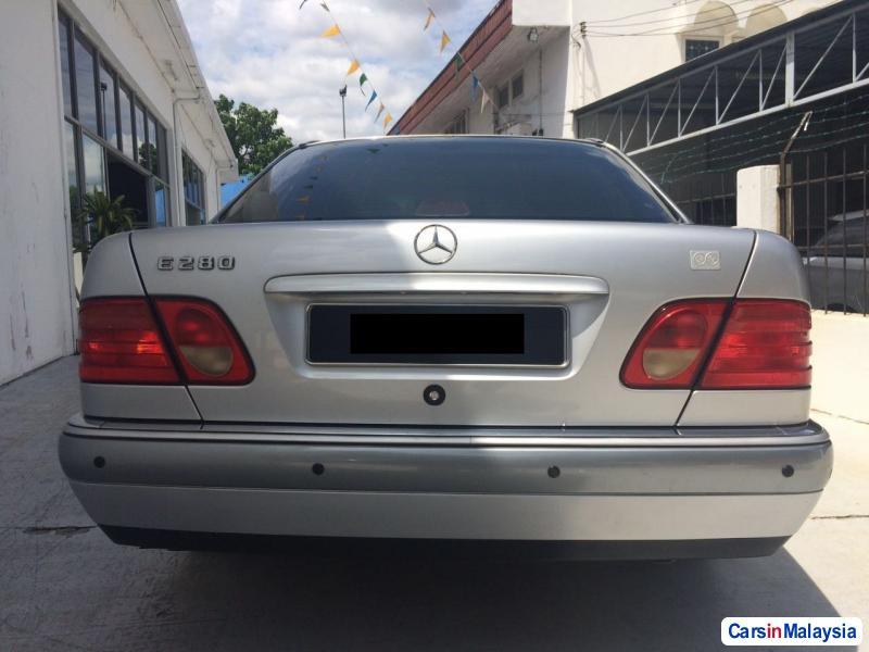 Mercedes Benz E280 Automatic 2010 - image 2